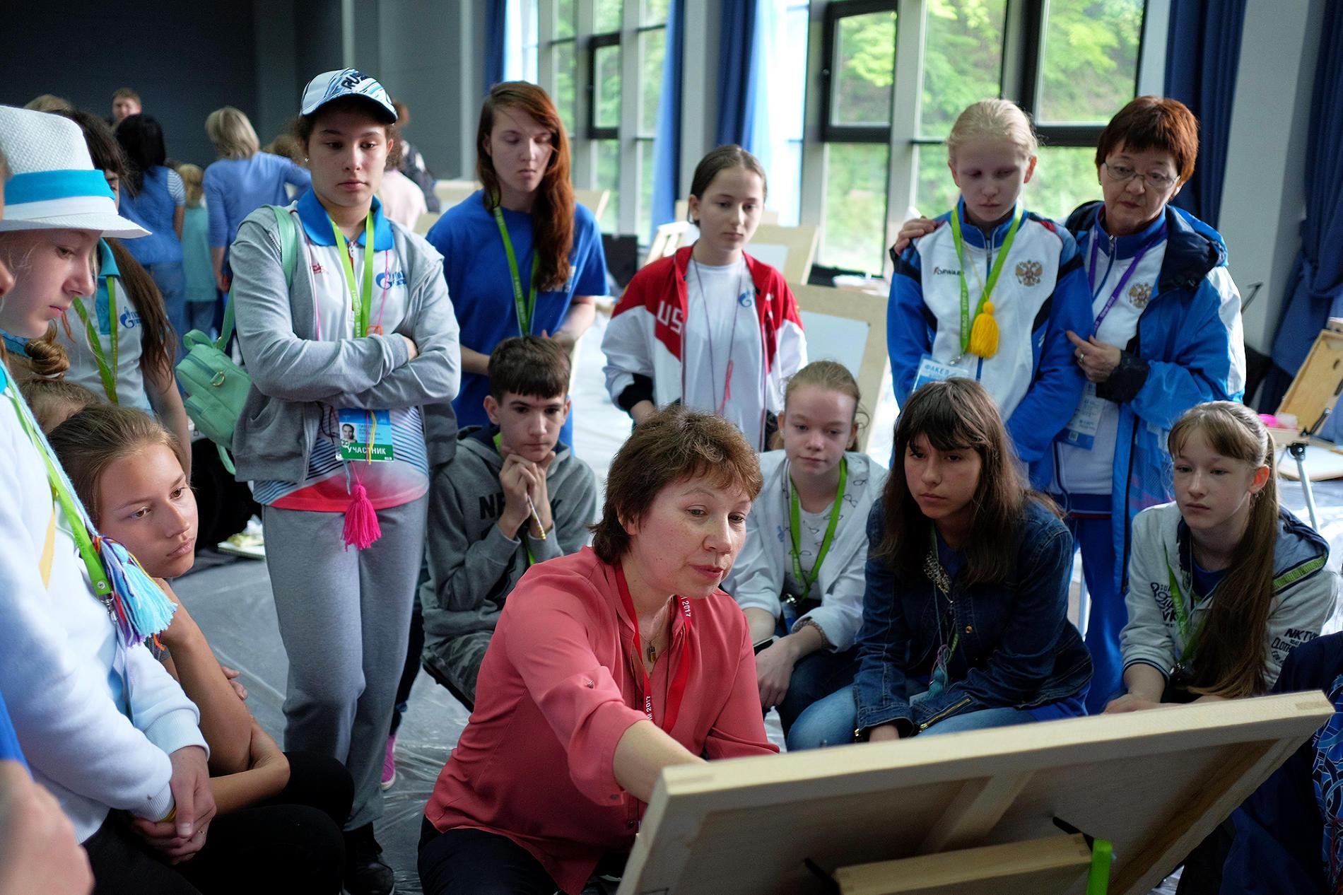 Член жюри Ольга Лукомская дает задание юным конурсанатам