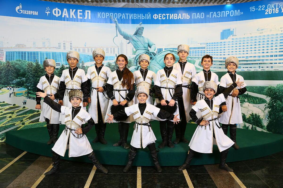 Детский хореографический ансамбль «Сари Кум» ©Фото с сайта gazpromfakel.ru