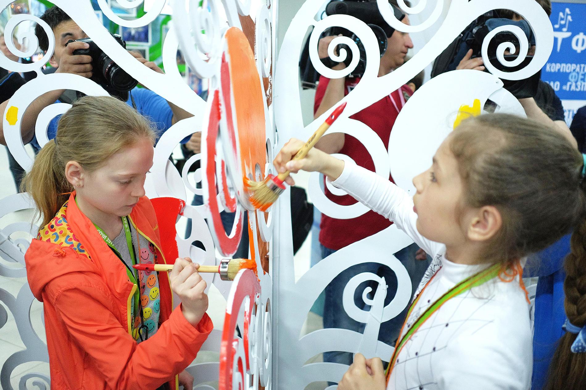 Юные художники расписывают Дерево Дружбы